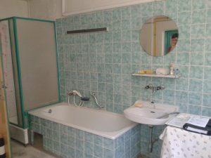 Altes Bad Familie Weichselbaumer mit Badewanne und Waschtisch.
