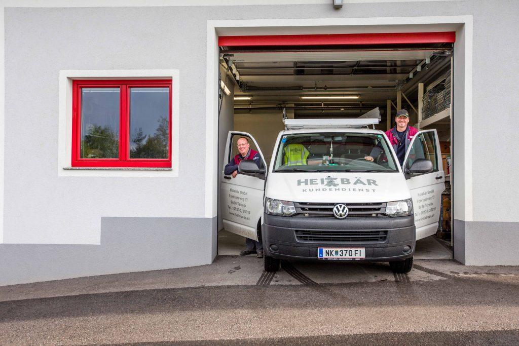 Heizbaer Servicefahrzeug mit Kollegen in Feuerwehreinfahrt Eichberg