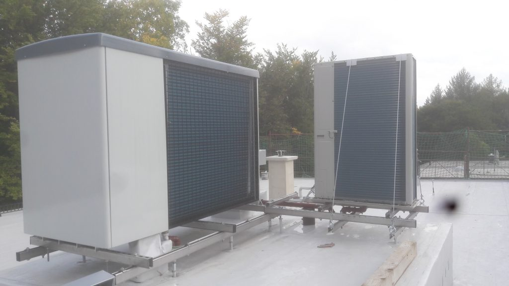 Heizbaer grünes Wohnen in Raach Luftwärmepumpenanlage Hoval 30kw verkleidet