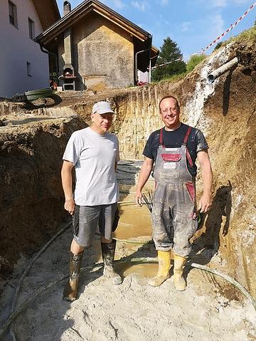Heizbär Mitarbeiter Rudi Grabner und Endkunde Herr Stranz bei der Verlegung des Kollektors
