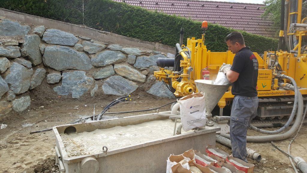 SBG Arbeiter bringt Betonit ins Becken ein